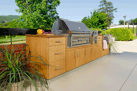 Exterior kitchen and grill with masonry